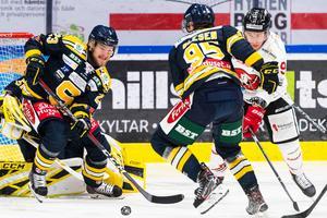 Bobbo Petersson försöker hålla rent framför målet i en match mot Vita Hästen. Foto: Bildbyrån