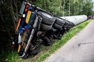 Första olyckan skedde 29 juli då lastbilen med 68 ton tung last välte utanför Borlänge.