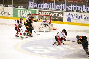 Här dundrar Christian Djoos in 1–0 mot Luleå. Brynäs vann med 2–0 till slut efter Anton Rödins avgörande i öppen kasse.