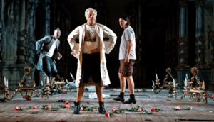 Loa Falkman i rollen som Don Giovanni. I bakgrunden till höger syns Lars Arvidson som Leporello och Håvard Stensvold som Il commendatore.