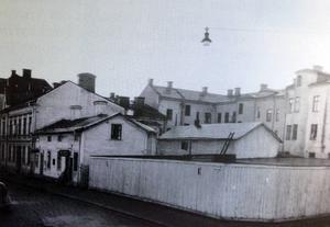 De två tomterna på Trädgårdsgatan 27-29 köptes in 1938. Här byggdes det nya tidningshuset.