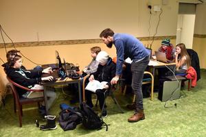 Björn Tegnér hjälper ungdomarna i den nya lokalen.