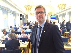 Erik Lövgren försvarar landstingets tjänstemän i frågan om kirurgin i Sollefteå.