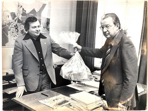 År 1977 lämnade Gefle Dagblads chefredaktör Per Hilding över en säck med namnunderskrifter till kommunalrådet Håkan Vestlund för att rädda kyrkan. Foto: GD:s arkiv
