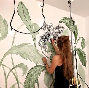 Camilla Aregius målar gärna på fri hand. Foto: Privat