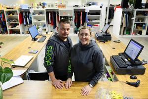 Carina Myrskog Nyman och hennes man Henry Nyman har öppnat Shoppis i Birsta. En loppis i butiksform där du som säljare hyr ditt eget skåp.