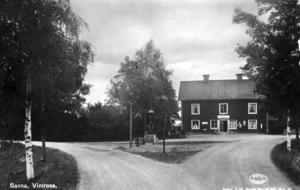 Alldeles här intill låg Myggebo, där Ingemar Andersson tillbringade sin första tid i livet. På bilden ses det gamla värdshuset där Wilhelm Sjöberg hade sin affär. Huset, med anor från 1600-talet, är numera rivet, och numera ligger Sannakroa Motell och Restaurang uppbyggt bara en liten bit härifrån. Bildkälla: Roland Thorstensson/Vintrosa-Tysslinge hembygdsförening