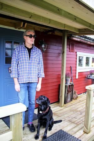 Hobbe kollar in och försöker förutspå vad husse vill göra nu.