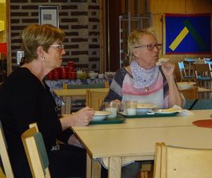 Nya matgäster hittar ständigt till torsdags soppan. Här är det Solveig Bylund och Karin Vinter som försett sig med ärtsoppa, mjölk och ostsmörgås. Foto: Kjell Larsson