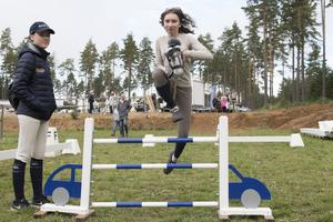 Att tävla i käpphäst är en sport som växer och den spelar stor roll i Angelica Öhrns nya roman