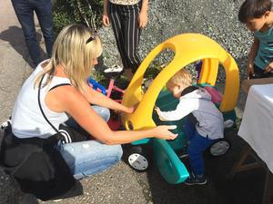 Köpare kom även från andra orter. Eva Löfgren från Borgåsund hjälper barnbarnet Alvin Dahlström att prova en leksaksbil. Leksaker fanns det gott om på loppisen.