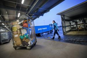 – Det är väldigt tufft, säger chauffören Emelie Persson om den intensiva perioden fram till julafton, då alltfler paket ska köras ut till ombuden.