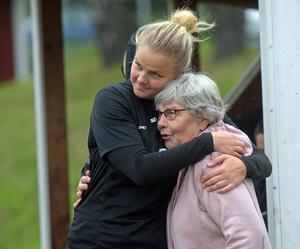 Matilda Bergkvist kramar om sin mormor Gunnel efter damlagets träning.