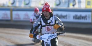Gleb Chugunov leder JVM-serien i speedway efter första deltävlingen. Och han kommer göra det ett bra tag – för andra tävlingen körs inte förrän om tre månader ...