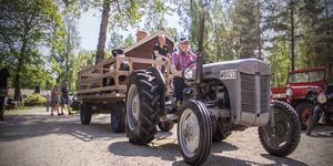 Bengt Steinbach körde traktorn som hämtade upp passagerare nere på torget.