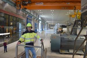Rickard Eriksson står framför PM12 som startade sin produktion för tolv år sedan.