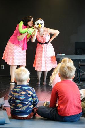 Lena Bjerfalk och Sofia Medin Lindström från Modiga Rut höll barnteater och berättade om ormen Siv i skogen.