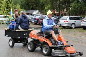– Vi ser fram emot att dansa runt midsommarstången, säger Pär-Inge Larsson som tillsammans med sin fru Petra Larsson, dottern Hannah Edwardsson och barnbarnet Laban Edwardsson tagit sig till hembygdsgården på ett lite annorlunda vis.