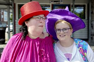 Jessica Lindell och Sanna Kristiansson gillar verkligen att gå i kanaltåget till Drömfabriken.