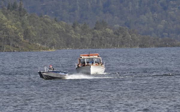 Sylöra på Grövelsjön och Sjöstugans sjötaxi på väg mot Grövelsjön.