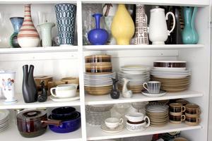 I köksskåpet står sköna vaser och serviser i bra kvalitet från Gefle Porslin. En zebrakopp har hon också kvar.