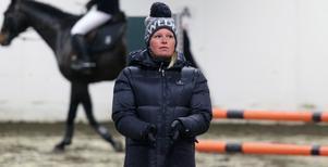 Stephanie Holmén instruerar de tre ekipagen under måndagens inledning på seminariet i Ås.