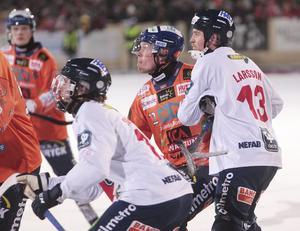 Mattias Larsson har koll på Ville Aaltonen.