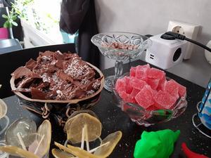 I skålarna ligger bitar av chokladöverdraget från mumsmumsen och bitar från det stora geléhallonet.