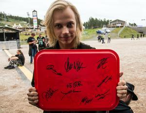 """""""Den här ska upp på väggen när jag kommer hem"""" säger Sebastian Pynnönen från Hofors som fått alla Brothers of metal-autografer på en bricka. En kompis har namnen på insidan av kepan, och en annan på jeansjackan."""