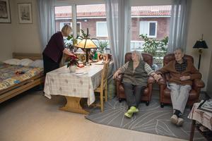 Margot Enander och Harry Wallberg har egna rum på Risholnsgården, men vill helst vara tillsammans. Rose-Marie Ring fixar så att bordslampan lyser igen.