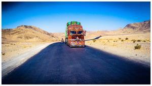 Flera lastbilar, bussar och andra fordon som körde i Pakistan och i Indien var mycket utsmyckade. Foto: Privat