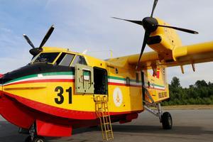De italienska brandflygen kommer stå kvar en vecka framåt vid Örebro flygplats.