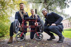 William Gidlund, Pontus Lund och Isac Tencic visar upp rollatorbroddarna som är fästad på en rollator av modell Carl-Oskar.