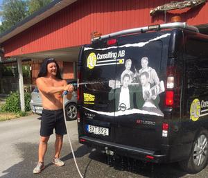 Emil Forsbergs knep för att kyla ner sig i sommarhettan – använd vattenslangen.   Foto: Privat