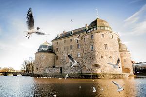 Örebro Slott ligger vackert  omgivet av Svartån i centrala Örebro.
