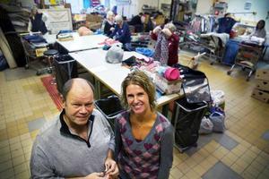 Lennart Nilsson, butikschef, och Harriet Andrée, verksamhetschef, vid Röda Korset i Östersund är mycket glada för det nya samarbetet med det holländska textilåtervinningsföretaget Kici. – Det känns verkligen fantastiskt hela vägen. Nu kan vi ta till vara på allt som folk skänker. Och många är duktiga på att skänka saker. Det finns en stor omtänksamhet och välvilja bland folk, säger Harriet Andrée.