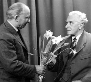 Ny affär. Foto 7:an har öppnat och Walfrid Carlsson överlämnar blommor till första kunden.
