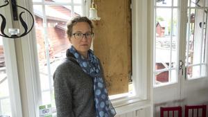 Malin Andersson, verksamhetsledare på hembygdsgården i Västanfors. I bakgrunden syns den krossade rutan.