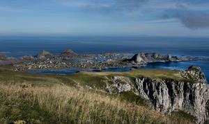 Väröy är en egen kommun med cirka 750 bofasta innevånare. Ön ligger utanför Lofoten i norra Norge.