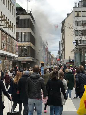 Sekunderna innan folkmassan vänder sig om och i panik springer från Drottninggatan där en lastbil körde rakt in i folkmassan.