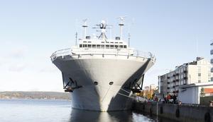 Tack vare dynamisk positionering kan fartyget stå helt stilla ute på vattnet utan att ankra, även i storm.