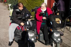 Christina Cederholm och Lissie Lindhult behöver sina elrullstolar för att kunna ta sig runt.