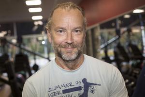 Ola Liljedahl har ett stillasittande jobb som skribent och tränar 4-5 gånger i veckan för att stärka ryggen och hålla uppe konditionen.