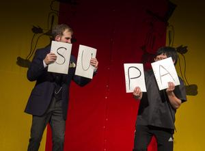 Glatt humör. Typiskt för denna teater är att låtsas blanda ihop bokstäverna i PAUS.