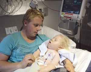 """Det var en """"ny värld"""" som öppnade sig när Valdemar föddes, tycker pappa Fredrik. Det var dels kärleken till den linhårige """"V-man"""", som Fredrik ömt kallar sin svårt sjuke son. Men också en """"ny värld"""" av sjuka barn som de mött på specialistmottagningar och sjukhus. Så många sjuka och handikappade barn hade Fredrik inte kunnat föreställa sig fanns."""