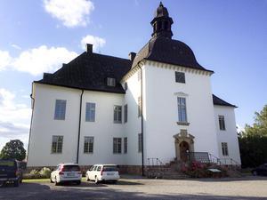 Årsta slott är slutstationen på busslinje 846. Det tar lite mer än 20 minuter att åka dit, från Västerhaninge station.