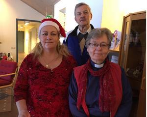 Volontären Anna Hjertstrand, tv, och prästen Boel Johansson, th, hälsade gästerna välkomna. Brynolf Jonsson, i mitten, är också volontär i församlingen och på julafton bland annat marschallansvarig