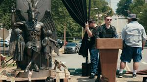 The Satanic Temples grundare Lucian Greaves propagerar för religionsfrihet. Baphomet-statyn är en slående del av kampanjen. Pressbild. Foto: Monsters of film