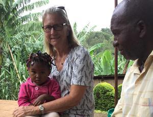 Kerstin tillsammans med en lokal familj i Tanzania. Bild: Privat