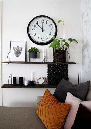 Hyllan på väggen är målad med en hemmagjord färg för att skapa drivvedslooken. Färgen är en blandning av vinäger, svart te och stålull.